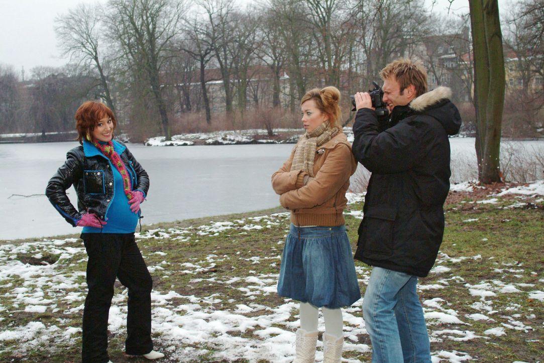 Dass Marc (Jean-Marc Birkholz, r.) die schwangere Yvonne (Bärbel Schleker, l.) fotografiert, passt Hannah (Laura Osswald, M.) nicht so recht. - Bildquelle: Monika Schürle Sat.1