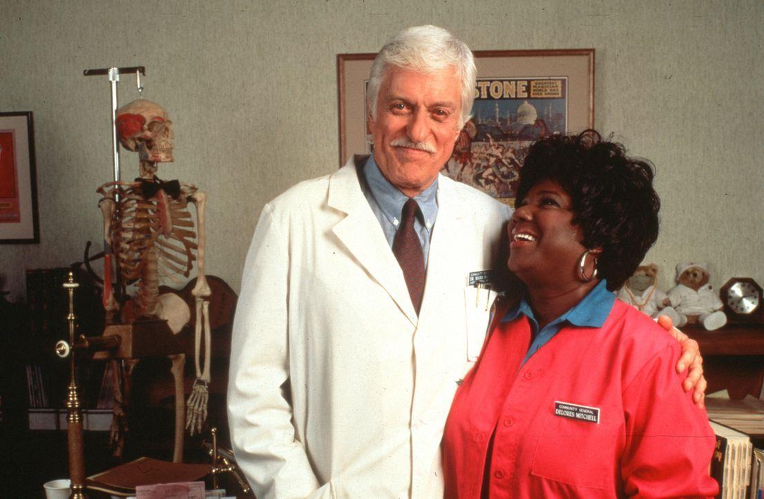 Dr. Sloan (Dick Van Dyke, l.) mit seiner Vertrauten Delores (Delores Hall, r.). - Bildquelle: Viacom
