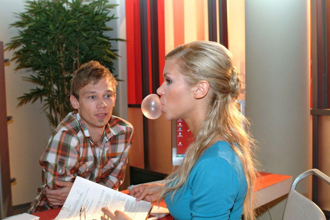 Nachdem Jürgen (Oliver Bokern, l.) Sabrina (Nina-Friederike Gnädig, r.) wegen des Betrugs scheinbar verziehen hat, will er mit ihr etwas unternehmen... - Bildquelle: Monika Schürle Sat.1