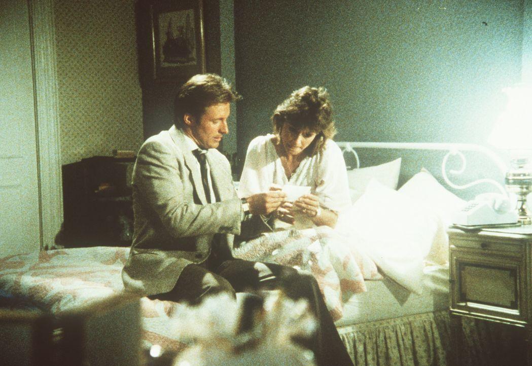 Nächtlicher Besuch im Schlafzimmer: Lee (Bruce Boxleitner, l.) und Amanda (Kate Jackson, r.) tauschen Informationen aus ...