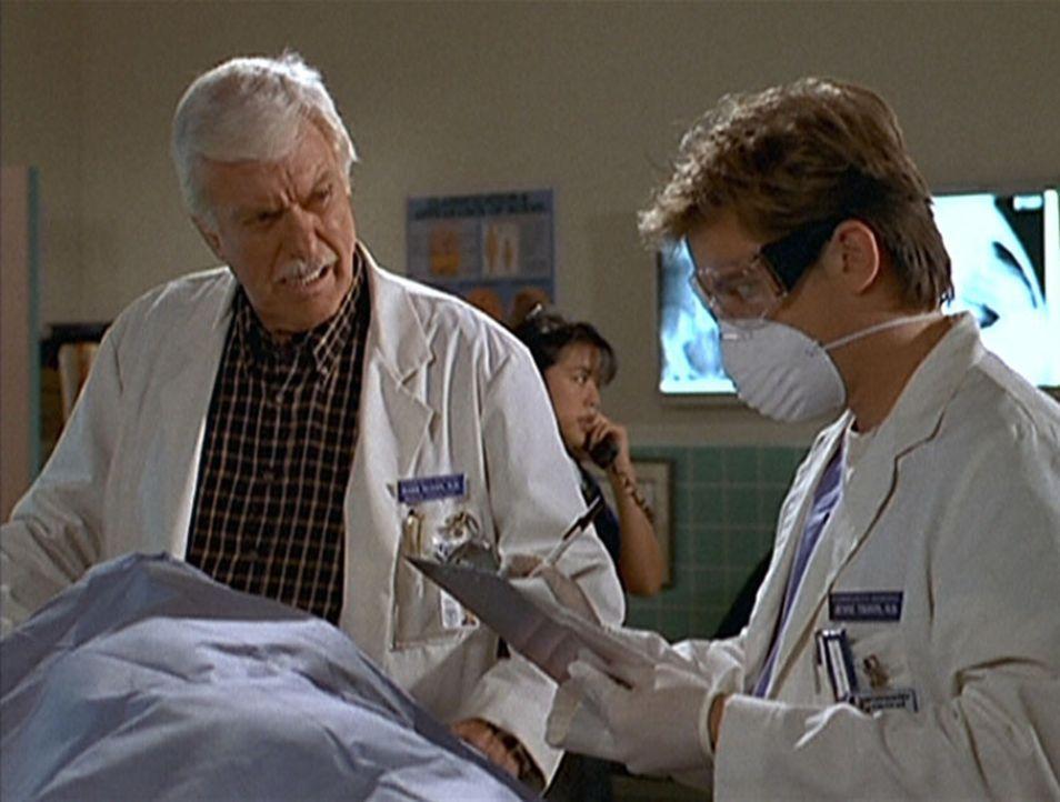 Jesse (Charlie Schlatter, r.) und Mark (Dick Van Dyke, l.) untersuchen die Opfer des Flugzeugabsturzes. - Bildquelle: Viacom