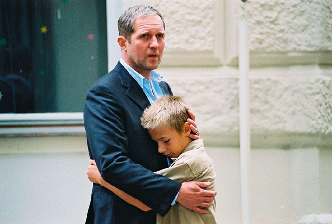 Wolfgang Neuberg (Harald Krassnitzer, l.) kämpft um seinen Sohn Tom (Marian Lösch, r.). - Bildquelle: Jiri Hanzl Sat.1