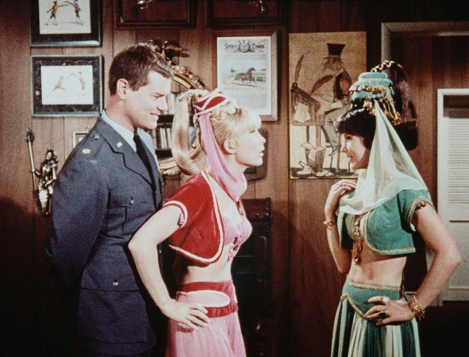 Tony (Larry Hagman, l.) merkt erst sehr spät, dass er es plötzlich mit zwei Jeannies (Barbara Eden) zu tun hat. - Bildquelle: Columbia Pictures