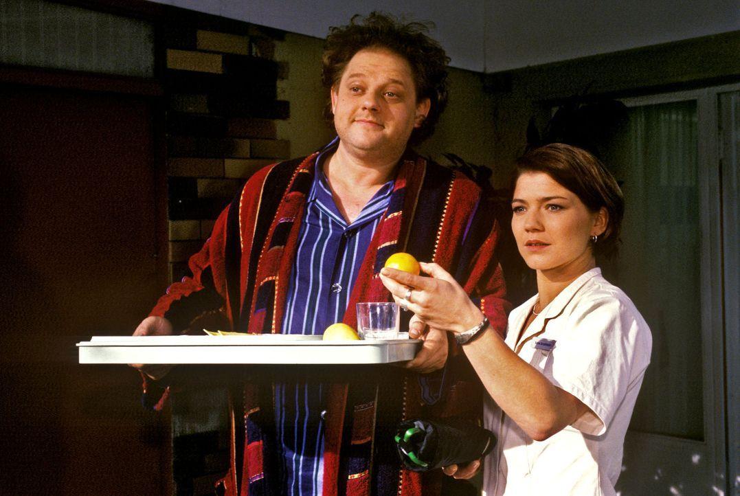 Stephanie (Claudia Schmutzler, r.) hat ihre liebe Mühe mit dem Patienten Reginald (Oliver Stern, l.). Der vereinsamte Archivar tauscht immer wieder... - Bildquelle: Noreen Flynn Sat.1