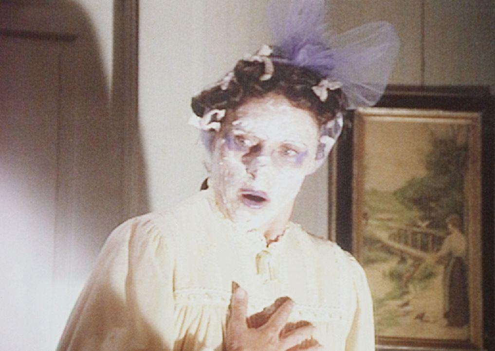 Mrs. Oleson (Katherine MacGregor) hofft, mit einem alten Kosmetikrezept von Kleopatra ihrer Schönheit nachzuhelfen. - Bildquelle: Worldvision