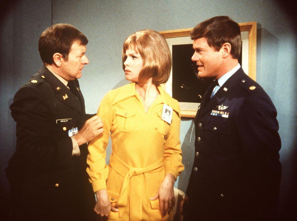 Der Astronaut Roger Healey (Bill Daily, l.) verliebt sich wieder einmal unsterblich. Doch hinter dem jungen Gesicht der Blondine verbirgt sich Mrs.... - Bildquelle: Columbia Pictures