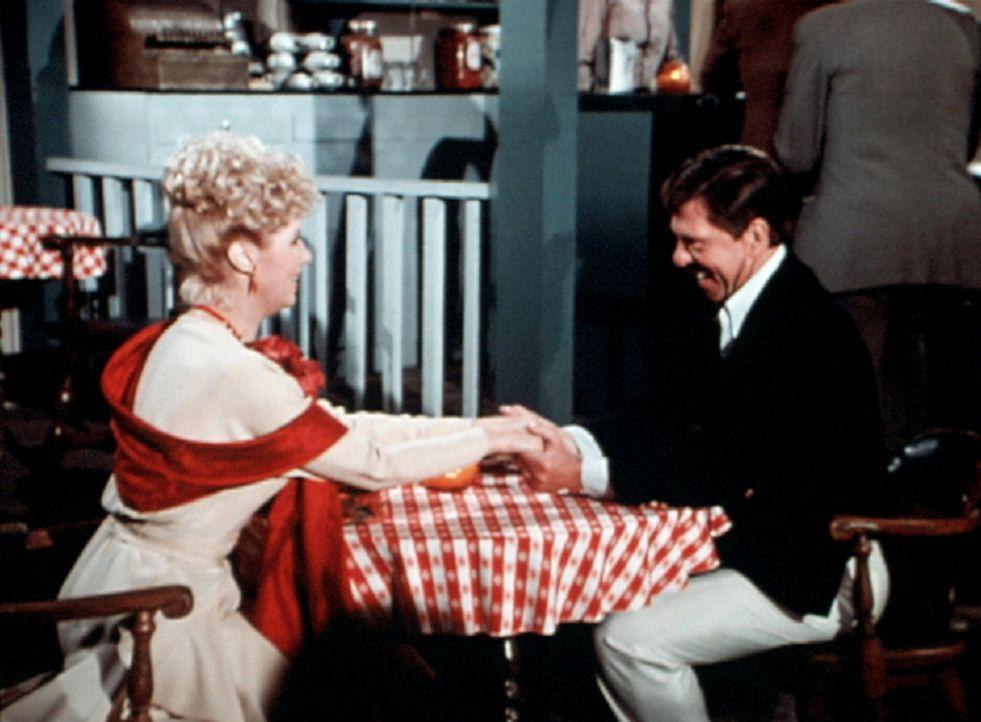 Um Corabeth eifersüchtig zu machen, hat sich Ike (Joe Conley, r.) eine Begleitung (Victoria Carroll, l.) gemietet. - Bildquelle: WARNER BROS. INTERNATIONAL TELEVISION