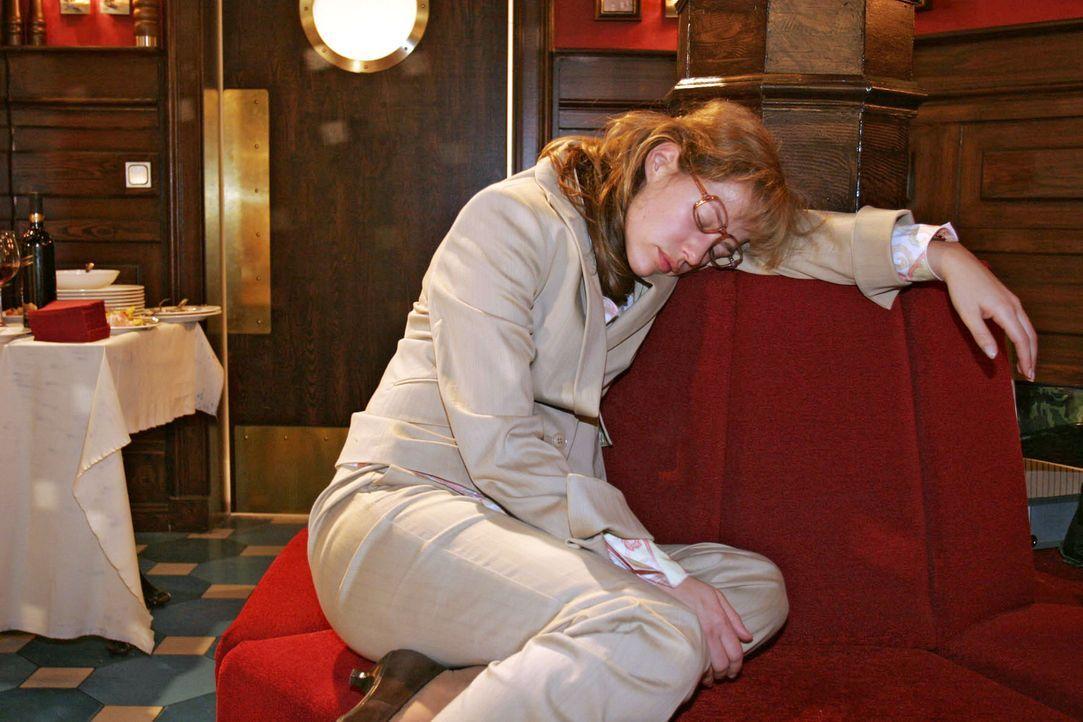 Beim Warten auf David ist Lisa (Alexandra Neldel) eingeschlafen und bemerkt dadurch nicht, dass alle Gäste schon gegangen sind. (Dieses Foto von Ale... - Bildquelle: Noreen Flynn Sat.1