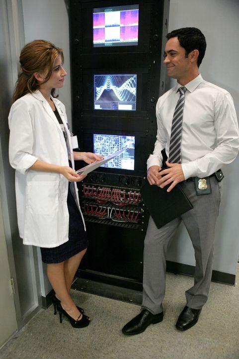 Det. Scott Valens (Danny Pino, r.) bittet Frankie (Tania Raymonde, l.), brisantes Beweismaterial genauer unter die Lupe zu nehmen ... - Bildquelle: Warner Bros. Television