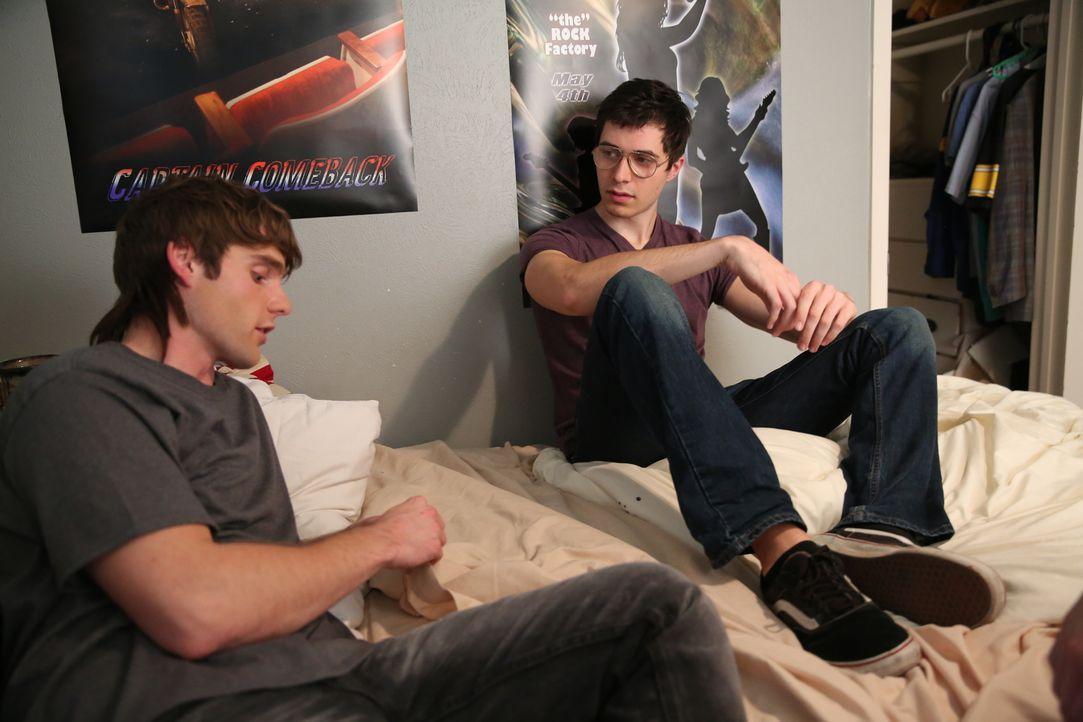 Der 15-jährige Billy Flynn (l.) bittet seinen Freund J.R. Lattime (r.), ihm bei dem Mord an Greg Smart zu helfen. - Bildquelle: 2016 AMS PICTURES. All Rights Reserved