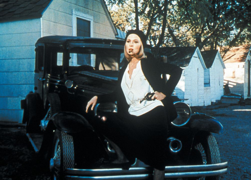 Die Gangsterbraut Bonnie (Faye Dunaway) ist längst zur Heldin der kleinen Leute geworden und posiert für die Fotografen der Presse ... - Bildquelle: Warner Bros.