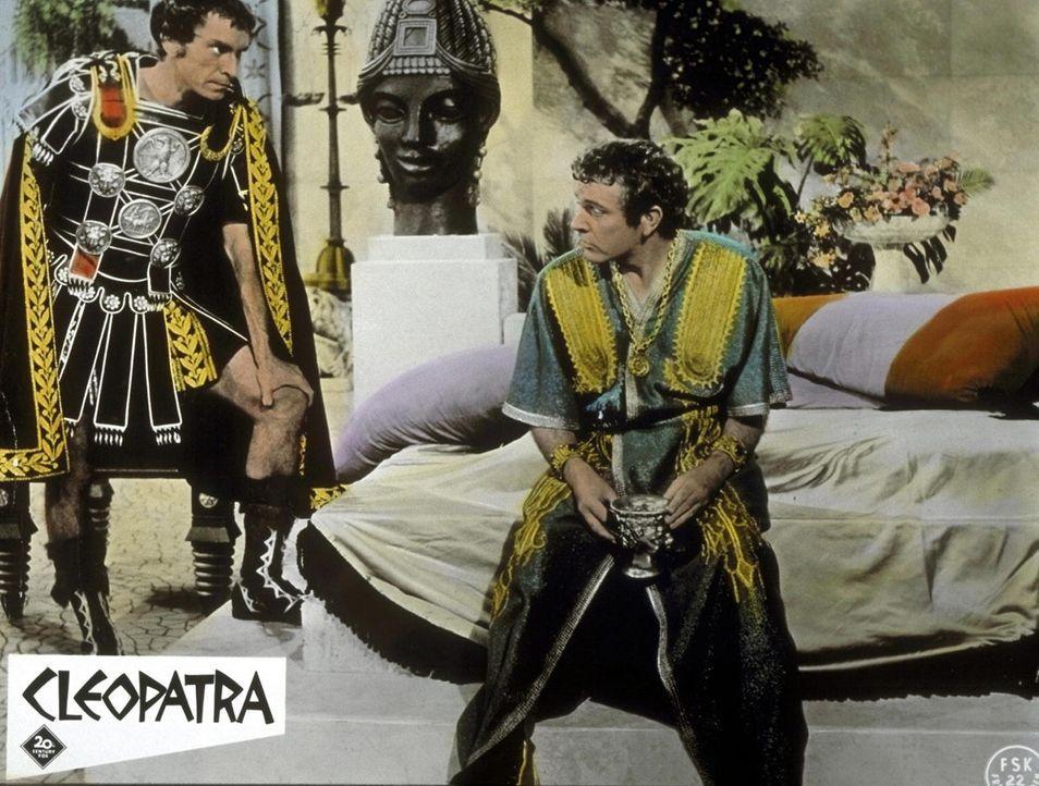 Die Lage ist ernst: Rufio (Martin Landau, l.) und Antonius (Richard Burton, r.) beratschlagen über zukünftige Entscheidungen ... - Bildquelle: 20th Century Fox Film Corporation
