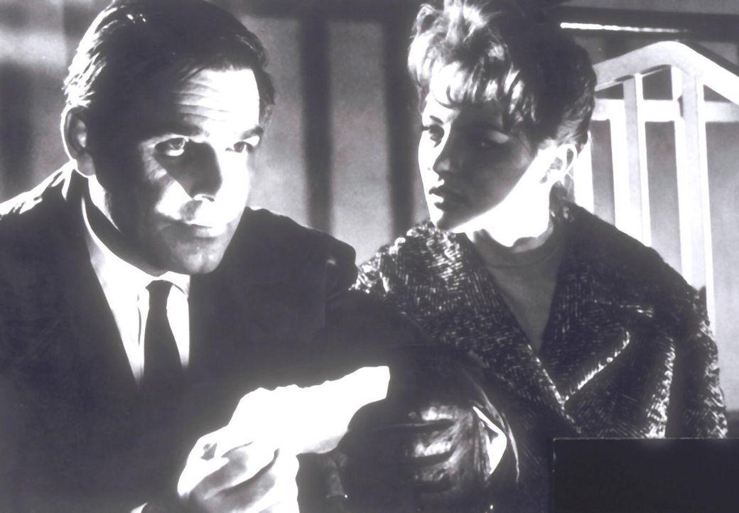 """Nora (Karin Baal, r.) und Inspektor Holt (Joachim Fuchsberger, l.) versuchen, den """"toten Augen von London"""" zu entkommen ..."""