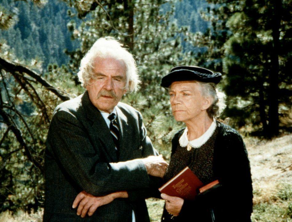 Großvater Sam (Will Geer, l.) und Großmutter Ester (Ellen Corby, r.) können nicht fassen, dass John-Boy ein Stück Land verkauft hat ... - Bildquelle: WARNER BROS. INTERNATIONAL TELEVISION