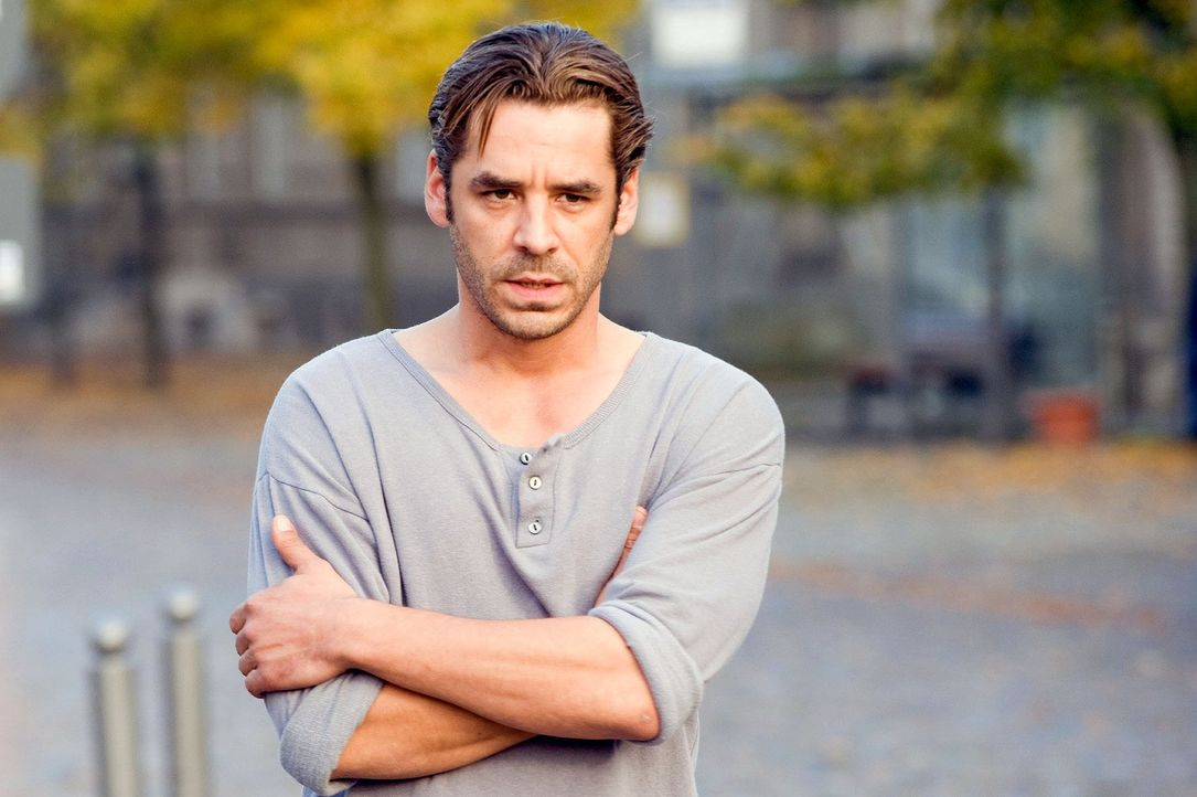 Ben (Tobias Oertel) ist überrascht, dass Maja von ihrem Verlobten abgeholt wird. - Bildquelle: Gordon Mühle Sat.1
