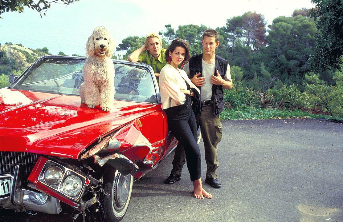 """Automechaniker Chris (Mario Irrek, l.) sollte lediglich den knallroten 71er Cadillac """"Eldorado"""" samt Königspudel """"Sissy"""" für eine Kundin von Hamburg... - Bildquelle: ProSieben"""