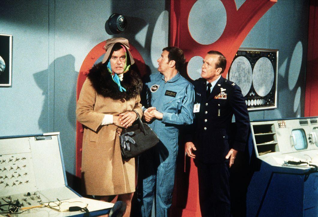 Roger (Bill Daily, M.) und Tony (Larry Hagman, l.) fällt es schwer, Dr. Bellows zu erklären, warum Tony plötzlich Frauenkleider trägt. - Bildquelle: Columbia Pictures