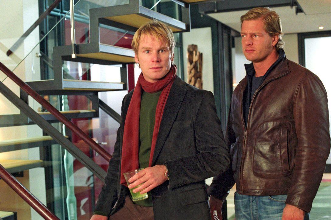 Nina und Leo (Henning Baum, r.) finden heraus, dass der Privatsekretär Van Heugens ausgerechnet Rolf Bender (Kai Scheve, l.), Annas Mann, ist! - Bildquelle: Christian A. Rieger Sat.1