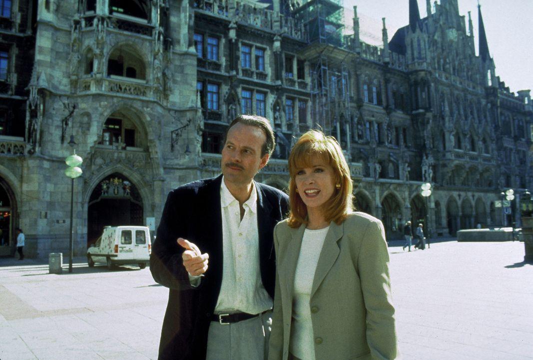 Jennifer Hart (Stefanie Powers, r.) trifft in München auf den Klinikchef Peter Donner (Dwight Schultz, l.), um mit ihm über die Einzelheiten des Ein... - Bildquelle: Columbia Pictures