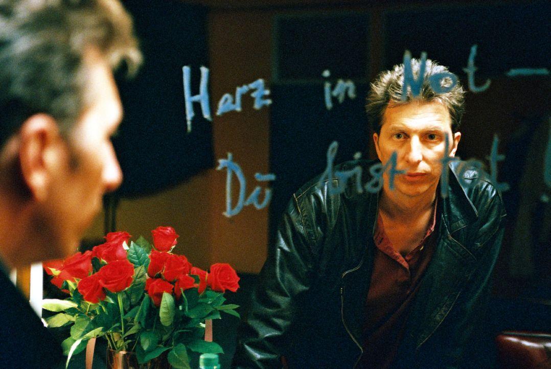 """In der Garderobe des Toten findet Ringo Rolle (Rufus Beck) die auf einen Spiegel geschmierten Worte: """"Herz in Not - Du bist tot"""". - Bildquelle: Hardy Spitz Sat.1"""