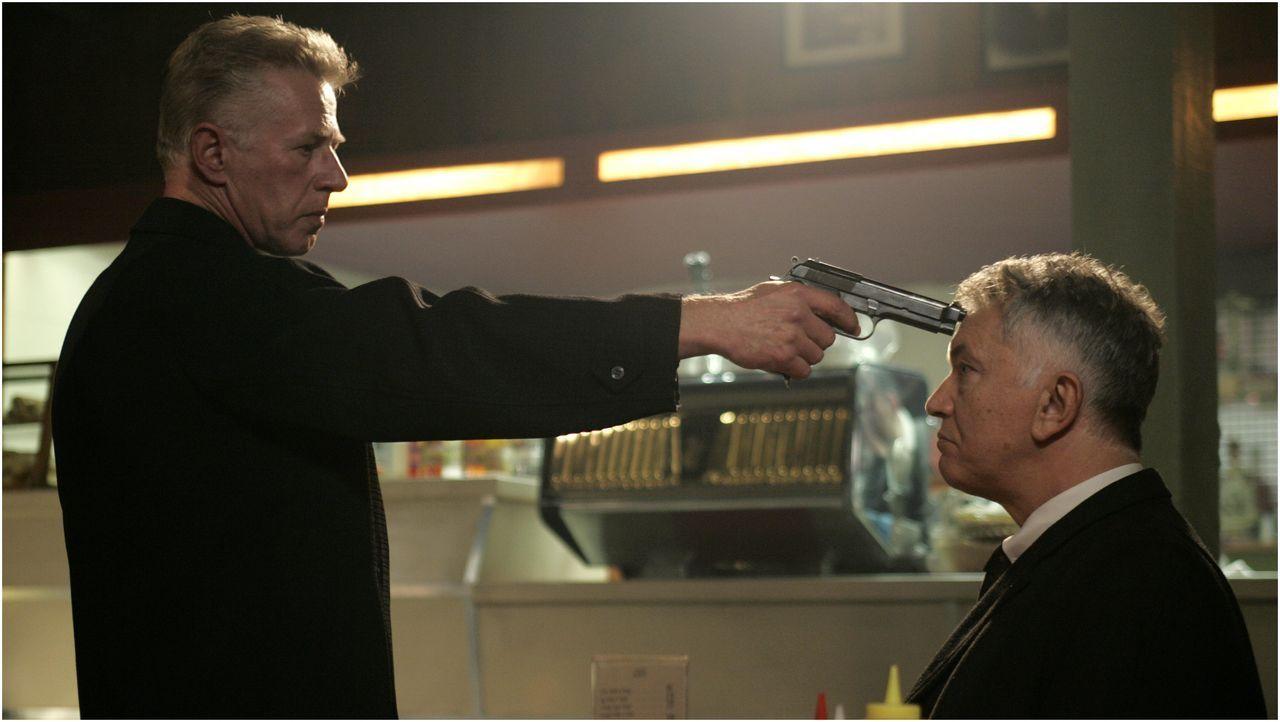 Ist der knallharte Gangsterboss Joe Webster (Phil Davis, l.) auch für den Mord an Inspector George Gentlys (Martin Shaw, r.) Ehefrau verantwortlich? - Bildquelle: ALL3MEDIA & Company Pictures