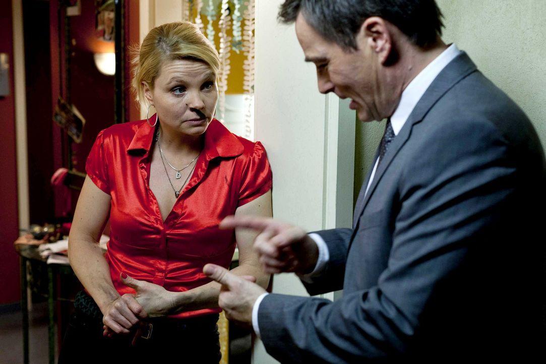 Kurt hat den großen Schlüsselbund verbummelt und bangt nun um seinen Hausmeister-Job, während Danni (Annette Frier, l.) mit sehr gemischten Gefühlen... - Bildquelle: Frank Dicks SAT.1
