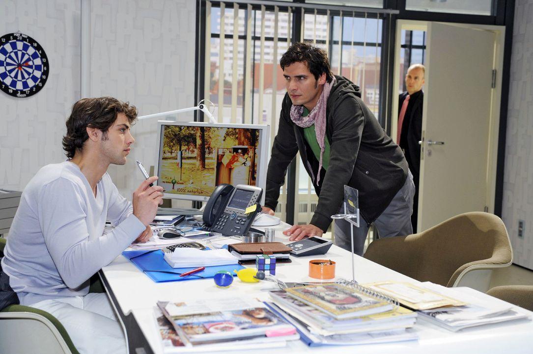 Gerrit (Lars Löllmann, r.) bekommt mit, dass Jonas (Roy Peter Link, l.) Alexander (Paul Grasshoff, M.) anbietet, in das Unternehmen miteinzusteigen. - Bildquelle: Oliver Ziebe Sat.1