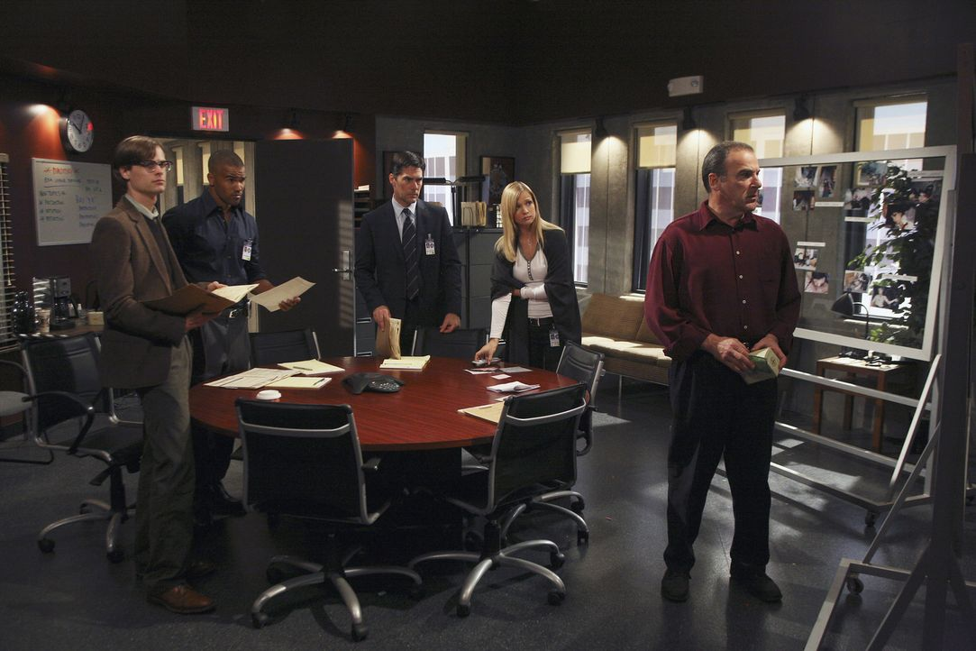 Versuchen den Mill Creek-Killer zu Strecke zu bringen, doch das ist gar nicht so einfach: Hotch (Thomas Gibson, M.), Reid (Matthew Gray Gubler, l.),... - Bildquelle: Dean Hendler 2006 Touchstone Television. All rights reserved. NO ARCHIVE. NO RESALE.