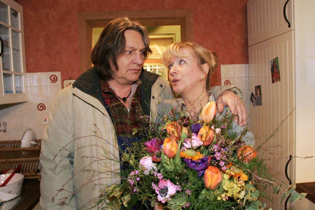 Helga (Ulrike Mai, r.) ist überwältigt, als Bernd (Volker Herold, l.) sie mit Blumen und einer Liebeserklärung überrascht. - Bildquelle: Noreen Flynn Sat.1
