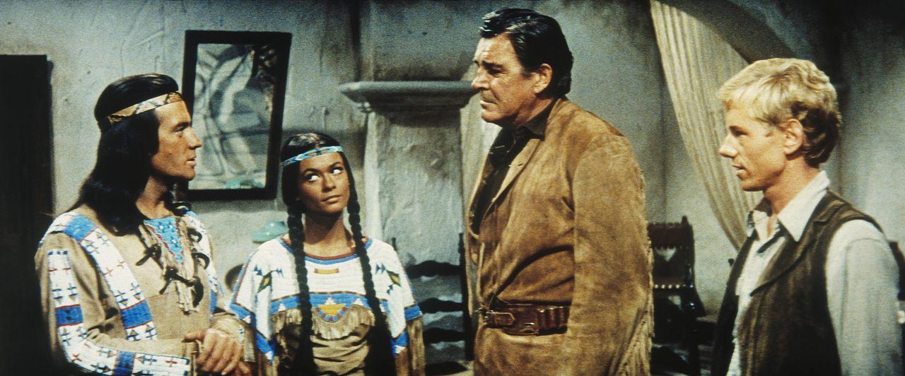 Winnetou (Pierre Brice, l.), Nscho-tschi (Marie Versini, 2.v.l.) und Old Firehand (Rod Cameron, 2.v.r.) besprechen, wie sie den Banditen Silers endl... - Bildquelle: Tobis Film