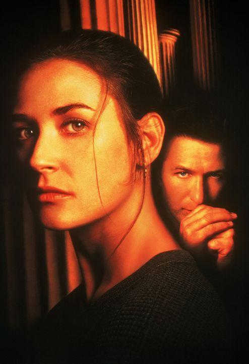 Der unbarmherzige Mafiakiller (Alec Baldwin, r.) setzt alles daran, die Bildhauerin Annie (Demi Moore, l.) kennen zu lernen, denn sie soll in dem Pr... - Bildquelle: 1996 Columbia Pictures Industries, Inc. All Rights Reserved.