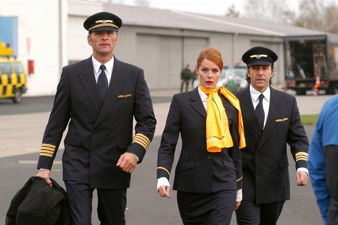 Max (Walter Sittler, l.), Sandra (Esther Schweins, M.) und René (Dieter Landuris, r.) haben am Flughafen Diamanten geklaut. - Bildquelle: Jacqueline Krause-Burberg Sat.1