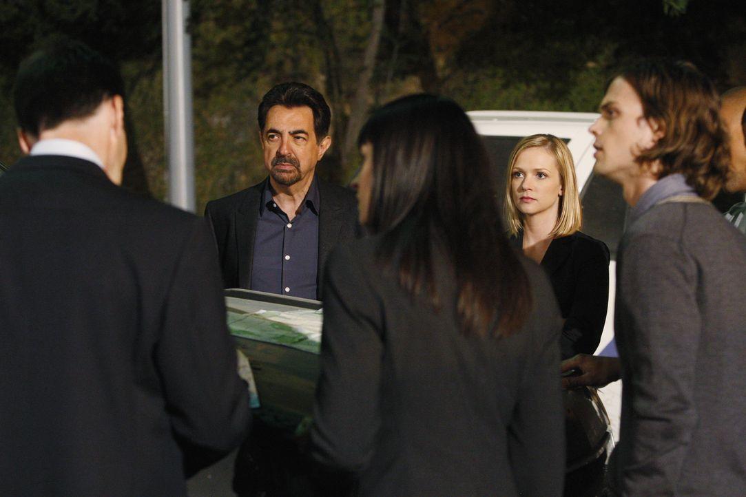 Auf der Suche nach einem Serientäter: Hotch (Thomas Gibson, l.), Rossi (Joe Mantegna, 2.v.l.), Prentiss (Paget Brewster, M.), JJ (AJ Cook, 2.v.r.) u... - Bildquelle: Vivian Zink 2009 ABC Studios. All rights reserved. NO ARCHIVE. NO RESALE. / Vivian Zink