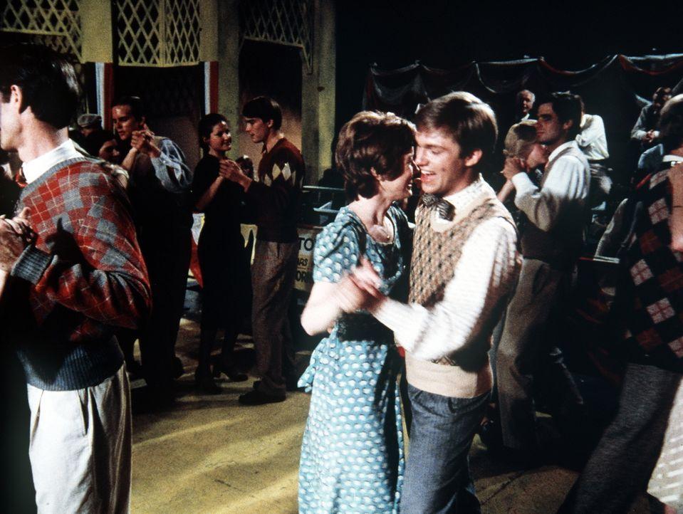 Gegen Olivias Willen nimmt John-Boy (Richard Thomas, r.) mit Daisy (Deirdre Lenihan, 2.v.r.) an einem Tanzmarathon teil ... - Bildquelle: WARNER BROS. INTERNATIONAL TELEVISION