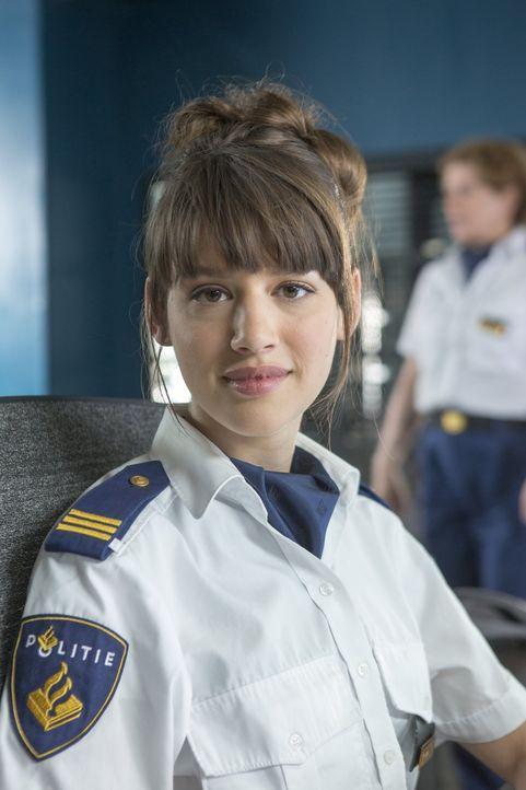 Kann sich Fleur Wolfs (Maud Dolsma) an den neuen Polizisten im Dorf gewöhnen? - Bildquelle: Warner Brothers