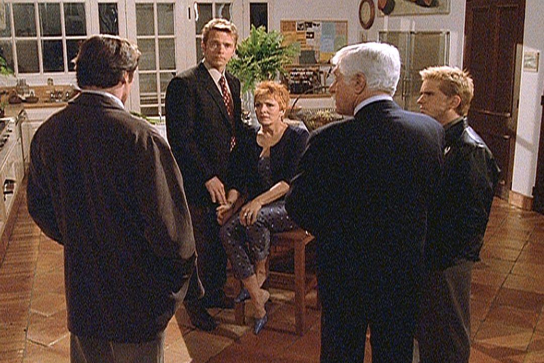Madison (Joanna Cassidy, M.) wird von einem Unbekannten bedroht. Ihr Freund Brett (John Schneider, 2.v.l.), Steve (Barry Van Dyke, l.), Mark (Dick V... - Bildquelle: Viacom