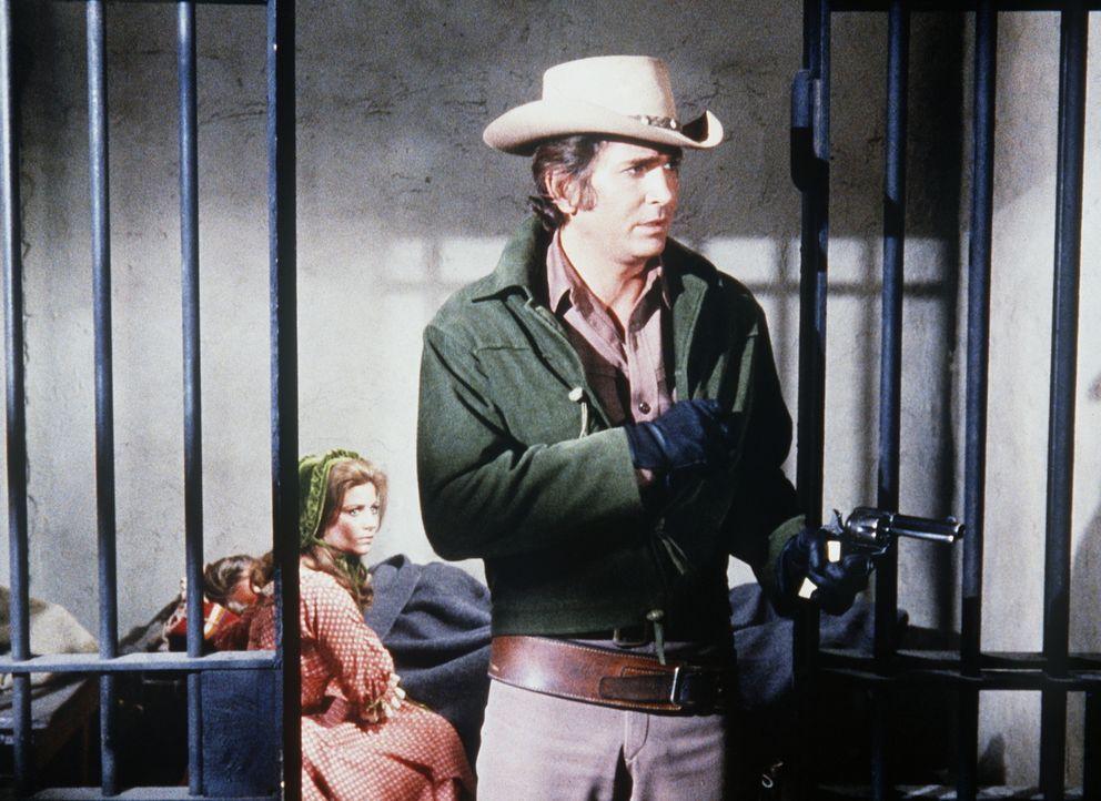 Little Joe (Michael Landon, r.) und Barbara (Jennifer Douglas, l.) bewachen im Gefängnis Barbaras Mann, auf den ein Attentat verübt werden soll. - Bildquelle: Paramount Pictures