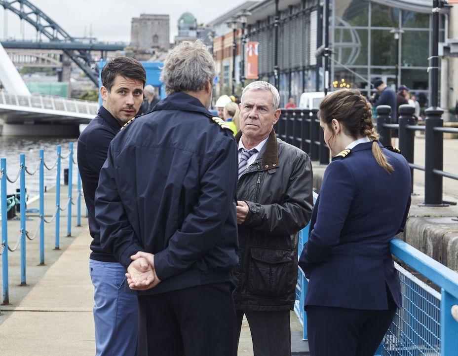 Aiden Healy (Kenny Doughty, l.); Kenny Lockhart (Jon Morrison, 2.v.r.) - Bildquelle: Helen Williams ITV Studios