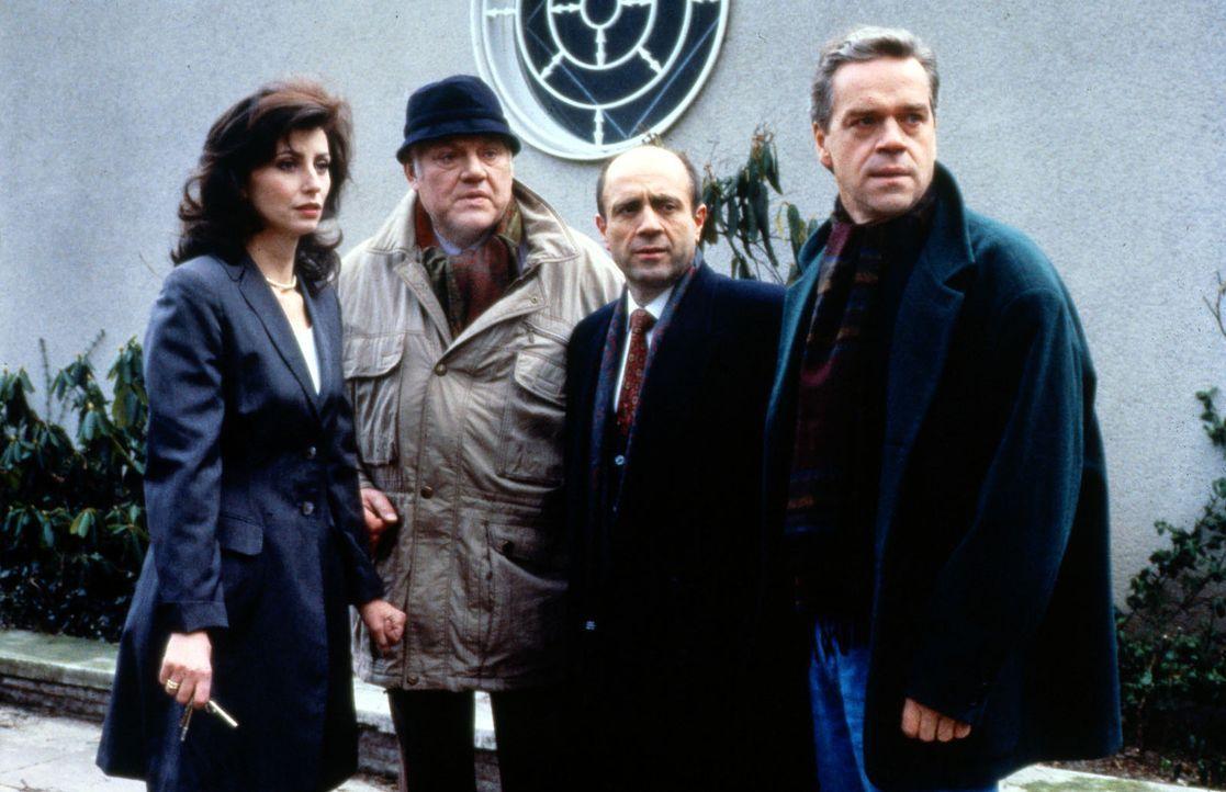 Der Mord an dem jungen Wissenschaftler Fernau führt Hauptkommissar Wolff (Jürgen Heinrich, r.), Kommissar Sawatzki (Klaus Pönitz, 2.v.l.) und Sta... - Bildquelle: Alfred Raschke Sat.1