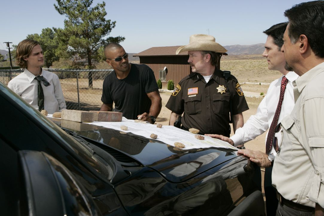 Nach und nach kommen Reid (Matthew Gray Gubler, l.), Morgan (Shemar Moore, 2.v.l.), Sheriff Williams (Jim Beaver, M.), Hotch (Thomas Gibson, 2.v.r.)... - Bildquelle: Cliff Lipson 2007 ABC Studios. All rights reserved. NO ARCHIVE. NO RESALE. / Cliff Lipson