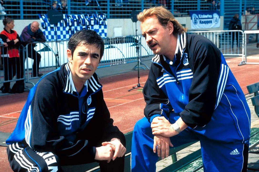 Um sein Haus nicht zu verlieren, gibt Hans (Uwe Ochsenknecht, r.) dem Fußballstar Dios (Oskar Ortega-Sanchez, l.) selbst Trainingsstunden ... - Bildquelle: Seven Pictures