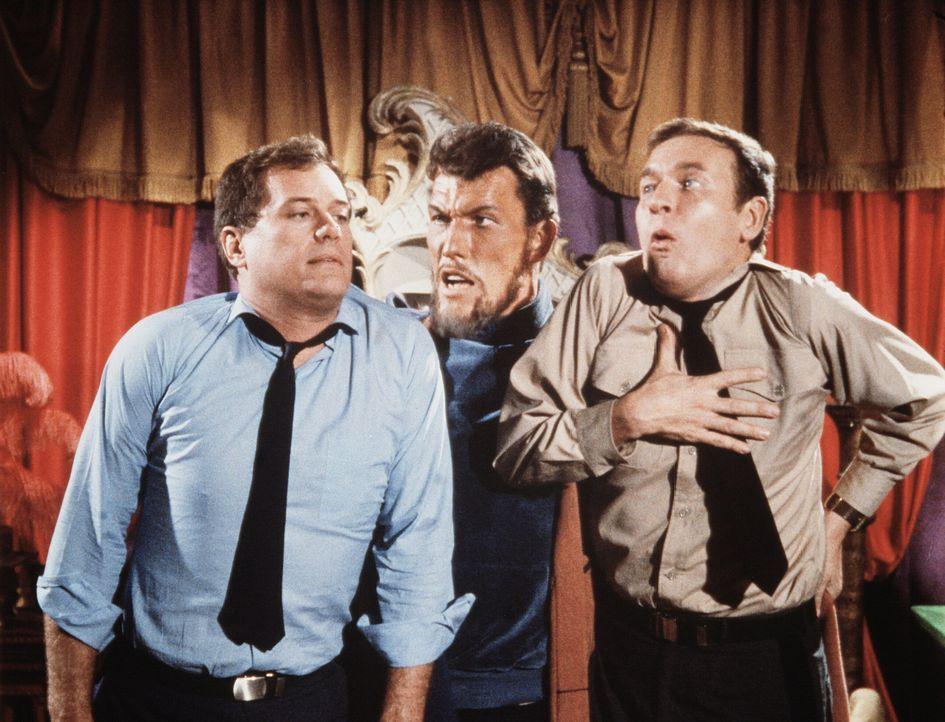 Habib (Ted Cassidy, M.), der Meister von Jeannies Schwester, entdeckt Tony (Larry Hagman, l.) und Roger (Bill Daily, r.) in seinem Harem und droht i... - Bildquelle: Columbia Pictures