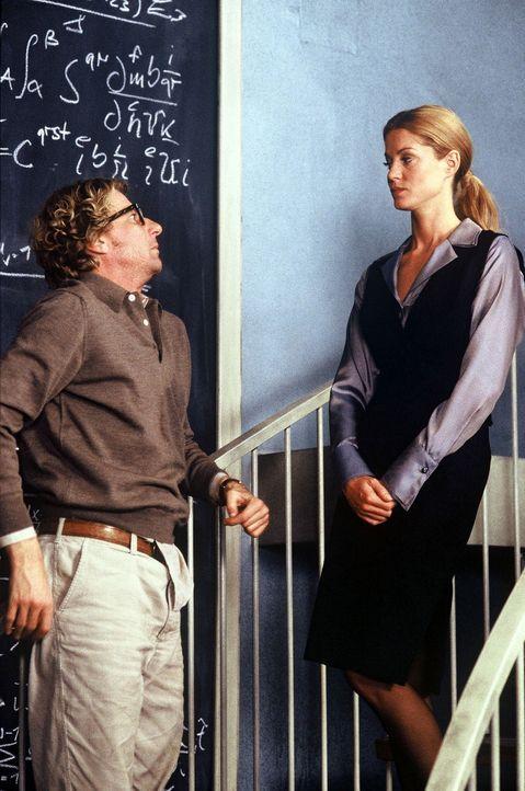 Jakob (Michael von Au, l.) interessiert sich für die attraktive Vicky (Esther Schweins, r.), die von dem Finanzier des Projekts als Controllerin ges... - Bildquelle: Jörg Klaus Sat.1