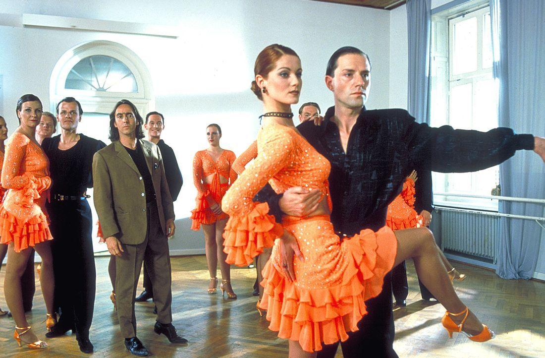 Auf der Liste der Verdächtigen: der undurchsichtige Tanzschulenbesitzer Max Dellert (Stefan Kurt, r.) und Dunja Ritter (Esther Schweins, l.) ... - Bildquelle: Gordon ProSieben
