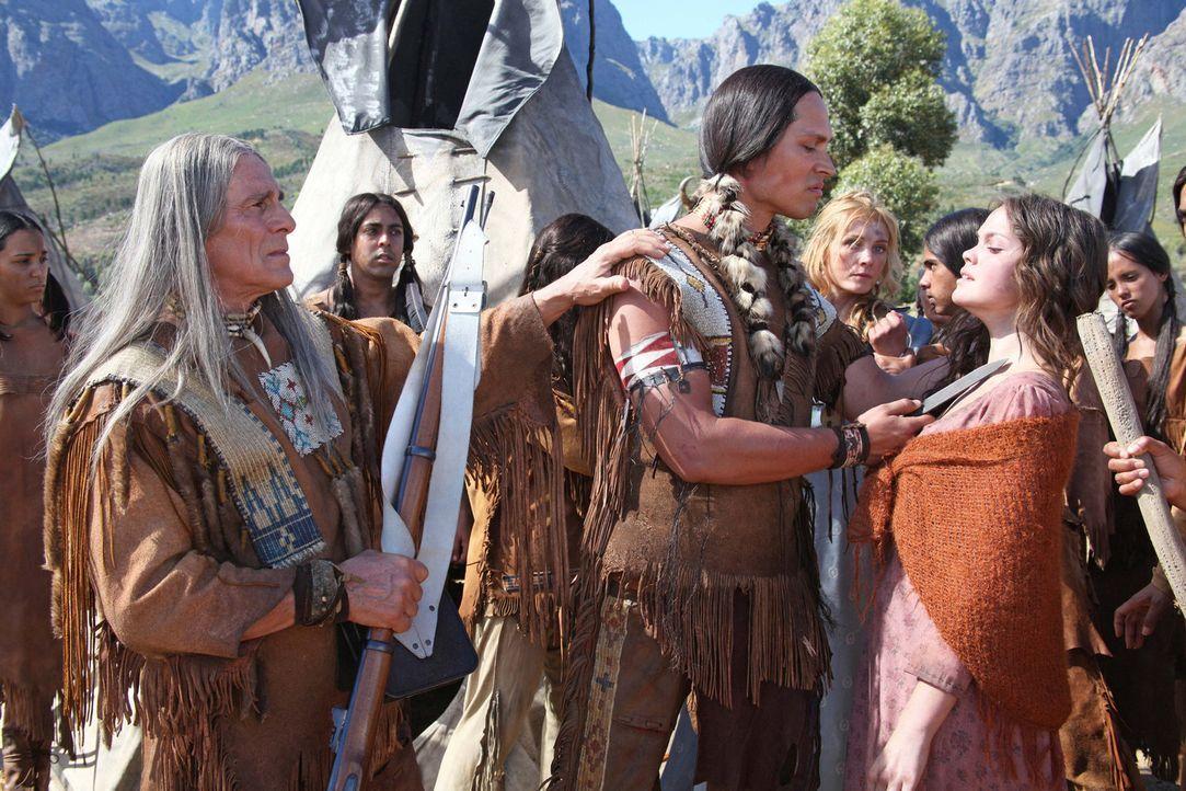 Viele tote Stammesbrüder haben das Herz von Buffalo Hump (Wesley French, M.) verhärtet. Nur sein besonnener Vater, der Komantschen-Häuptling Tahmahk... - Bildquelle: Boris Guderjahn SAT.1