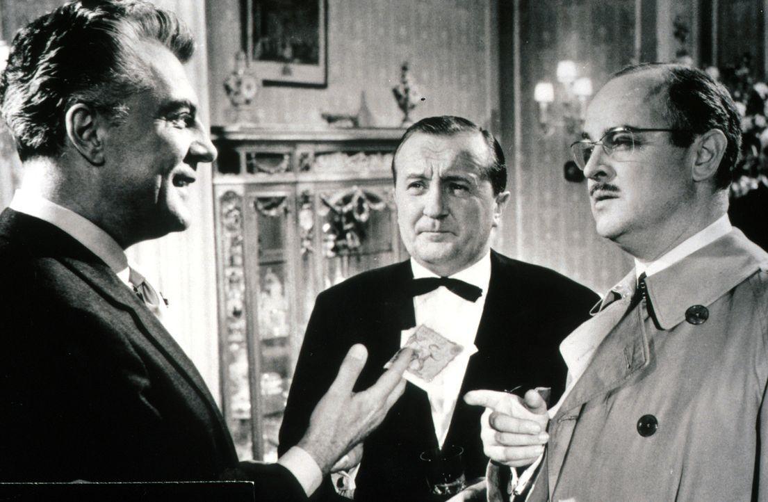 Dr. Wells (Victor de Kowa, l.) hat seine eigene Theorie über die Motivation des Mörders. Inspektor Bourke (Siegfried Lowitz, M.) und sein Kollege Ro... - Bildquelle: Constantin Film