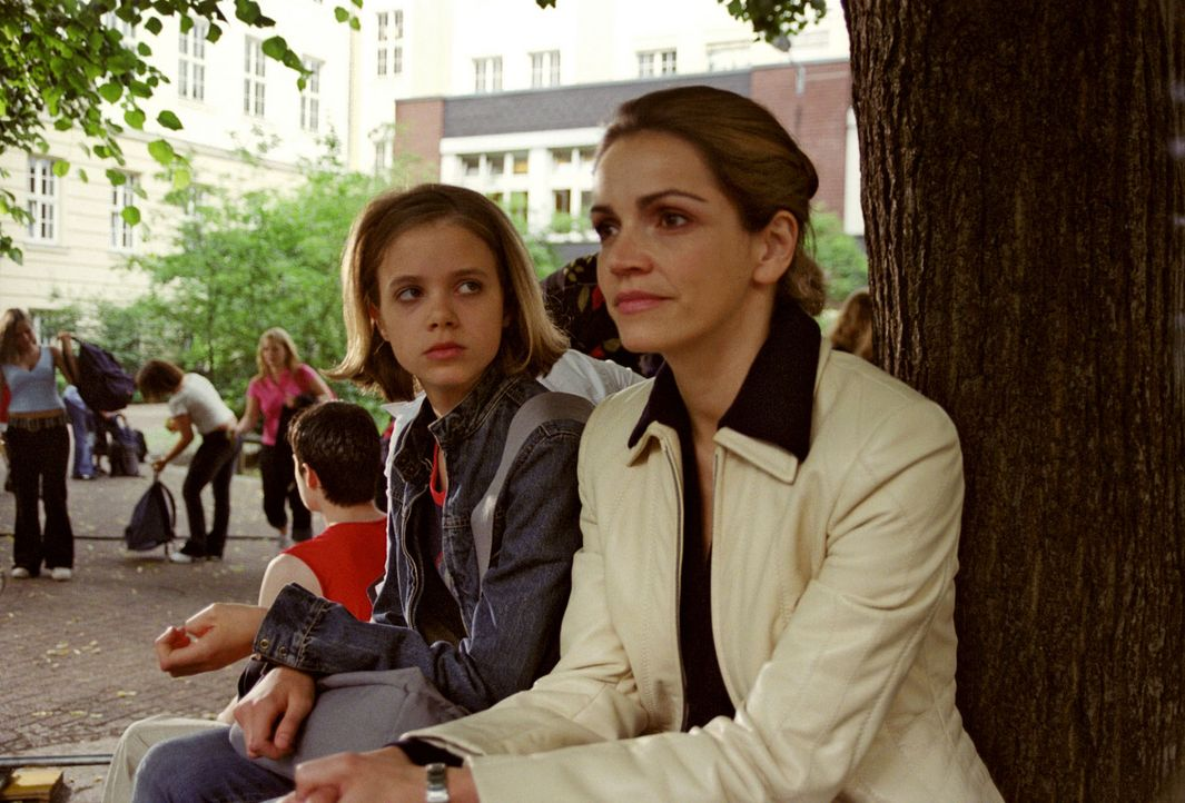 Sandra (Rebecca Immanuel, r.) sucht Tabea (Sidonie von Krosigk, l.) in der Schule auf und versucht die junge Mandantin dazu zu bringen, noch mal mit... - Bildquelle: Hardy Spitz Sat.1