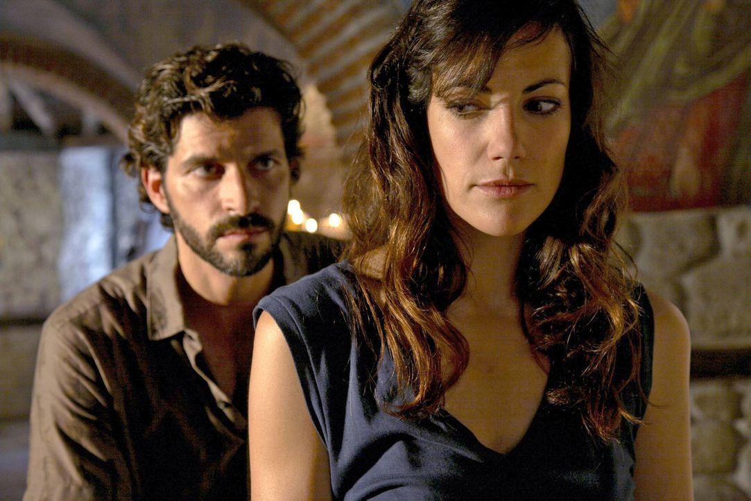 Eigentlich hatte Claudia (Bettina Zimmermann, r.) gehofft, ihren Ex-Mann Gabriel (Pasquale Aleardi, l.) nie wiedersehen zu müssen. - Bildquelle: Xeni Taze Sat.1