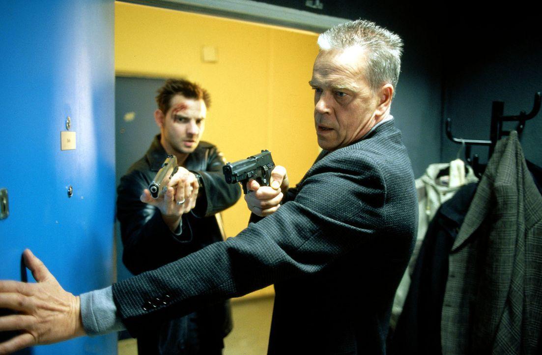 Kommissar Wolff (Jürgen Heinrich, r.) und Tom Borkmann (Steven Merting, l.) hoffen, einen weiteren Mord verhindern zu können. - Bildquelle: Leslie Haslam Sat.1