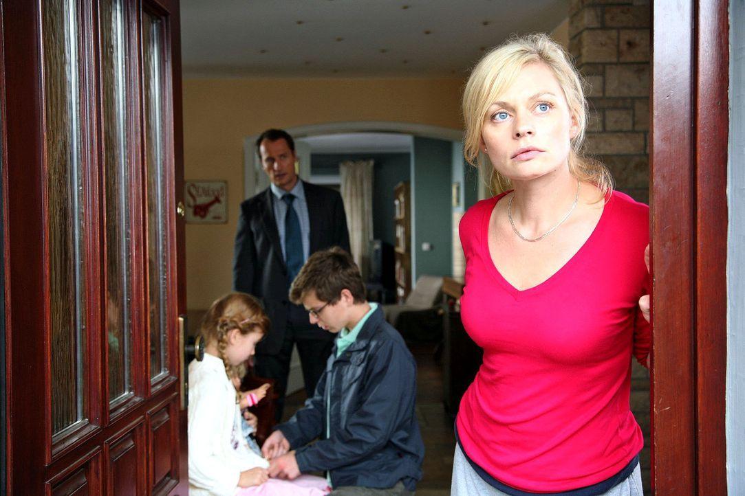 Alltägliche Hektik bei den Micklers. Mutter Laura (Susanna Simon, r.) sorgt dafür, dass ihr Mann (Markus Knüfken, 2.v.l.) und ihre Kinder Ron (Stefa... - Bildquelle: Michael Kohler Sat.1